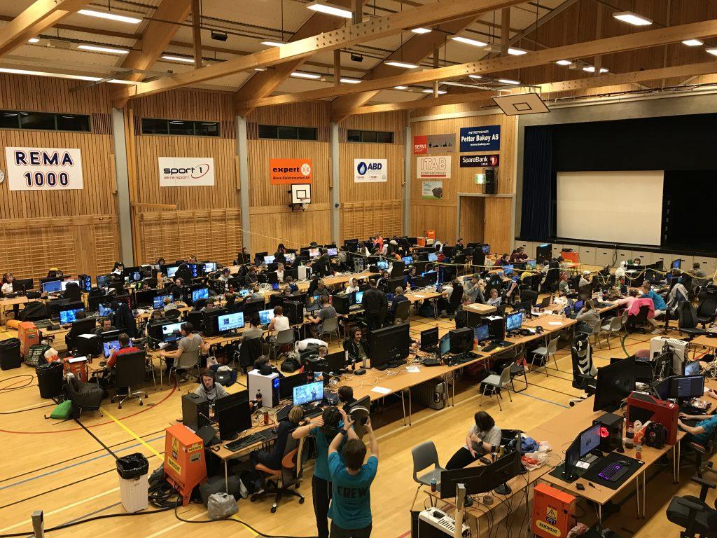 Oversiktsbilde over alle deltagere med datamaskiner. VisionLAN 2018.